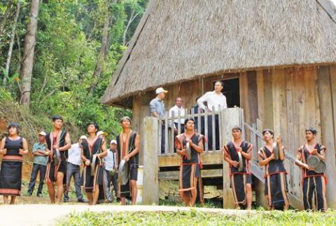 Biểu diễn chiêng trống và các điệu múa truyền thống chào đón du khách.