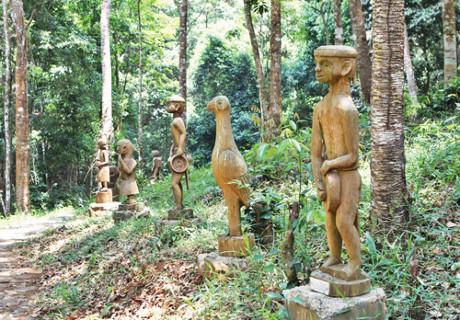 Vườn tượng mang đậm bản sắc văn hóa dân tộc của đồng bào Mơ Nâm.